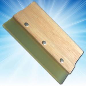 Modificable professional wooden scraper with hard rubber ends